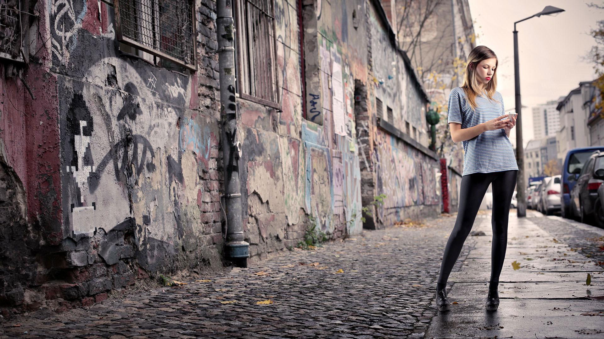 Девушки в леггинсах по улице фото