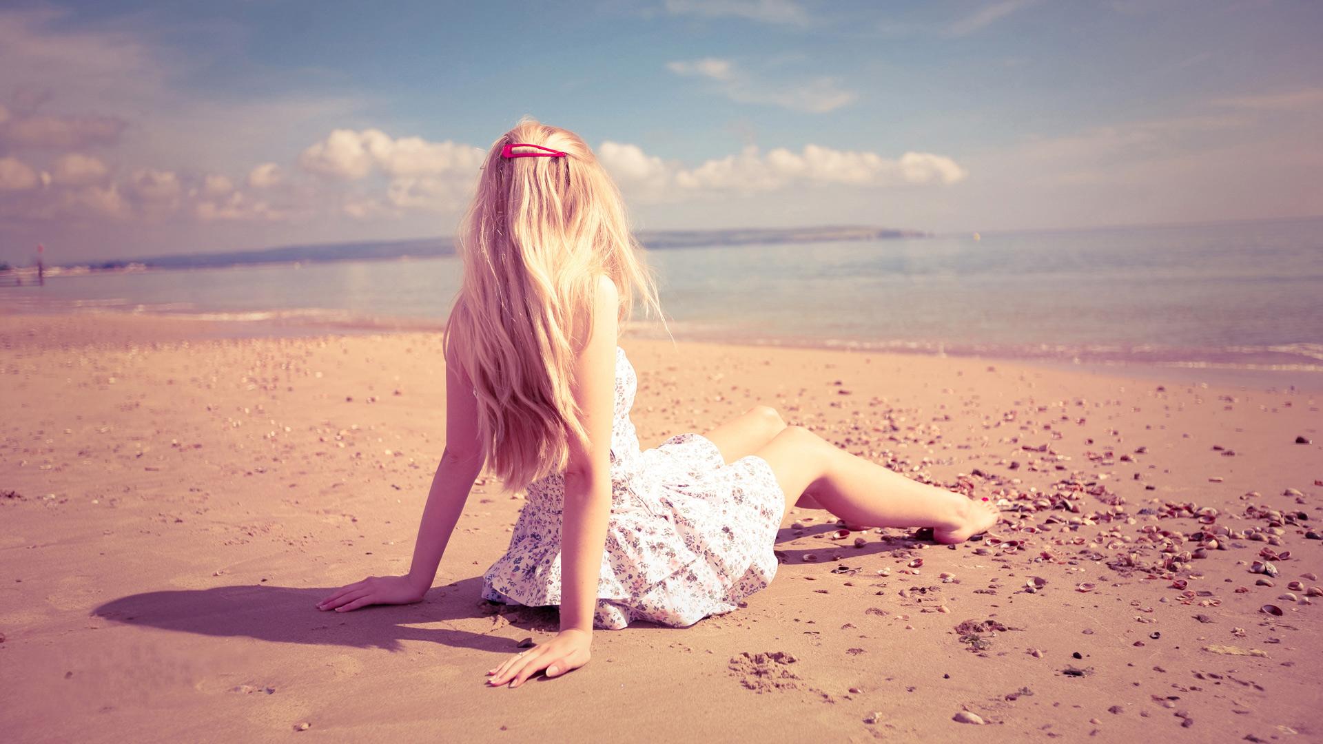 Эротическая блондинка на пляже