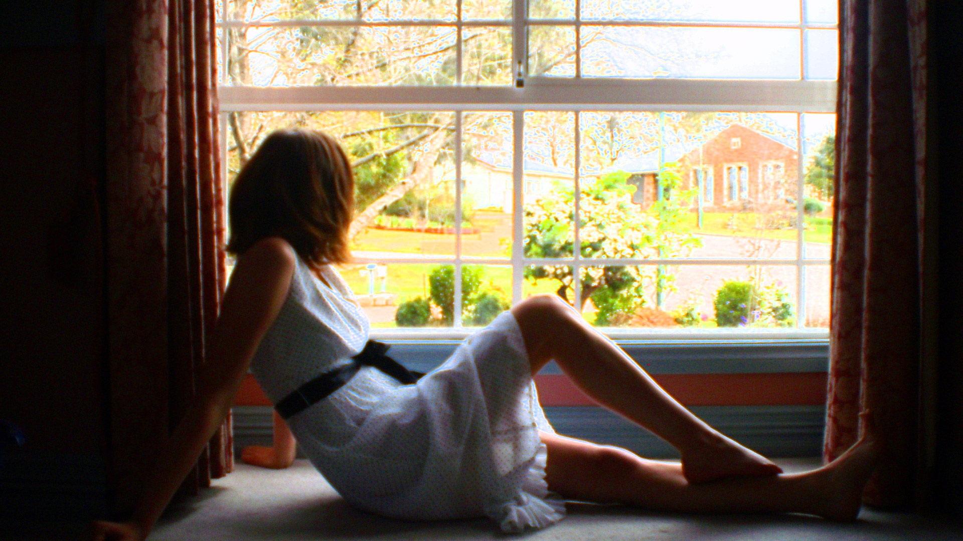 пористая девушки у окна фото популярным