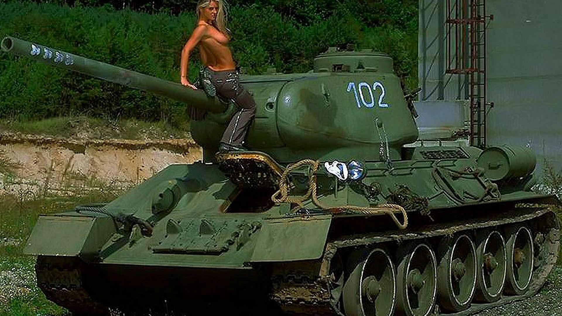 Фото голые девушки рядом с танками 16 фотография